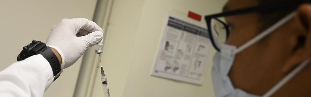 dokter-over-coronavaccin:-'massaal-experiment-zoals-nog-niet-eerder-werd-vertoond'