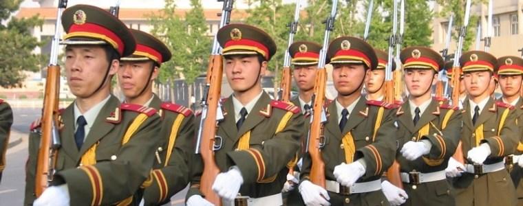 china-rust-soldaten-uit-met-nieuw-ontwikkelde-helmen-met-een-zelfvernietigingsknop-–-frontnieuws