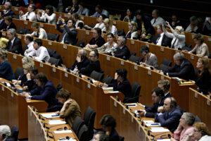 leden-van-europees-parlement-gedagvaard-met-kennisgeving-van-aansprakelijkheid-voor-covid-19-|-stichting-vaccin-vrij