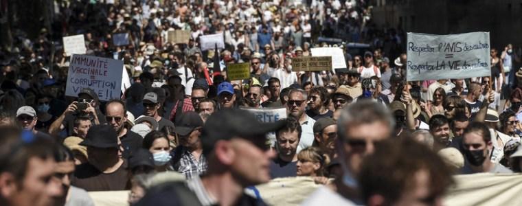 protesten-tegen-de-vaccinatiekaart-brachten-in-frankrijk-meer-dan-380.000-mensen-op-de-been-(video's)