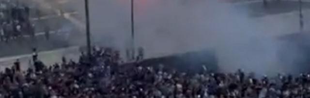 kijk:-griekse-politie-vuurt-traangas-af-terwijl-duizenden-protesteren-tegen-vaccinatieplicht