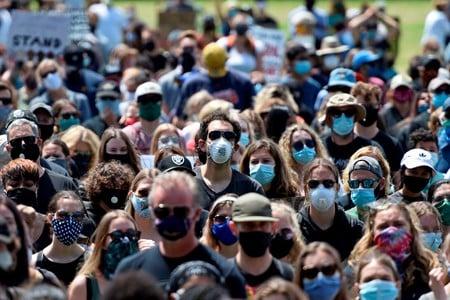 perspectief-op-de-covid-pandemie-iemand-liegt-door-zijn-tanden.