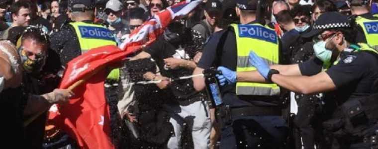 australische-politie-opent-het-vuur-op-vluchtende-vreedzame-demonstranten,-waaronder-vrouwen-en-kinderen,-terwijl-militairen-de-straat-opgaan-en-burgers-aanvallen