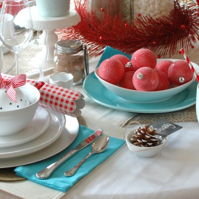 Red & Aqua Cheerful Christmas Table