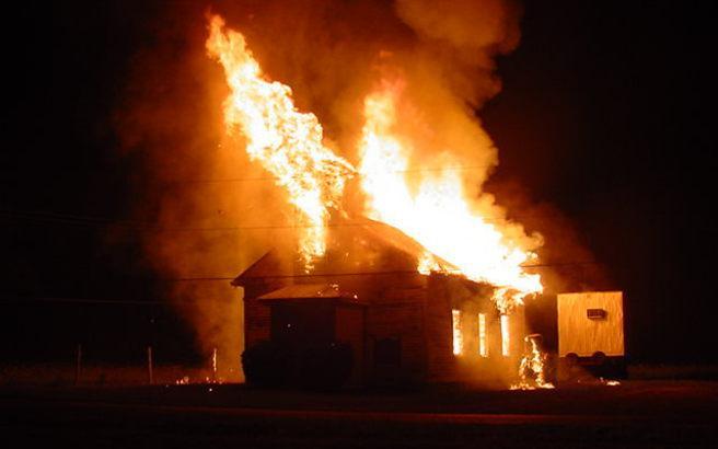 Αλλοδαποί έβαλαν φωτιά σε εκκλησία και έγραψαν συνθήματα!