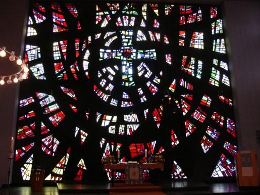 Altarraum mit Mosaikfenster, Gottesdienst am 04.04.2010, © Birgit Schröter