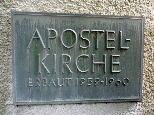 Inschrift auf einer Tafel an der Apostelkirche © Beate Sachs