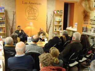 Sala llena y gente de pie en la presentación del número17 de la revista.