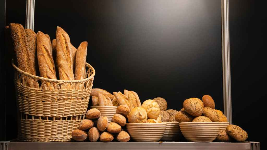 breads in basket and bowl