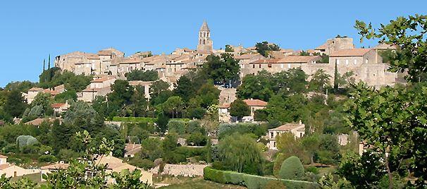 Village perché de la Garde Adhémar en drôme provençale