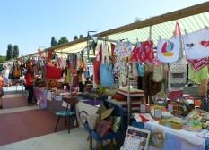 Vooral veel tassen en kleding in vrolijke kleurtjes op de Swan market.