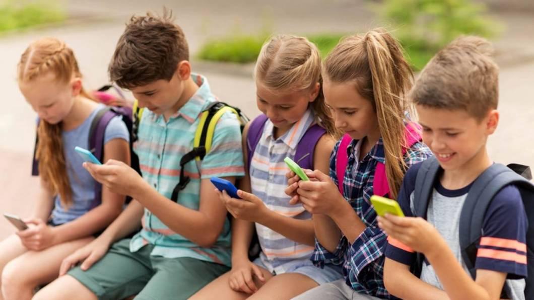 Cómo restringir descargas de apps a los niños
