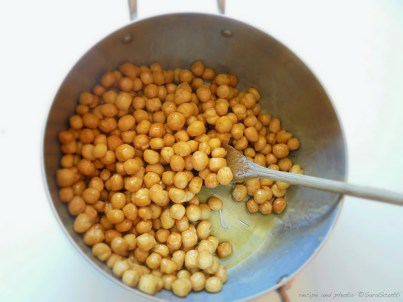Un tuffo nel miele ben caldo - A plunge into hot honey ... :: Cicerchiata abruzzese | recipe and photo: ©SaraScutti