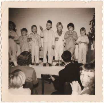 kerstfeest 1957 (ik sta 2e van rechts)