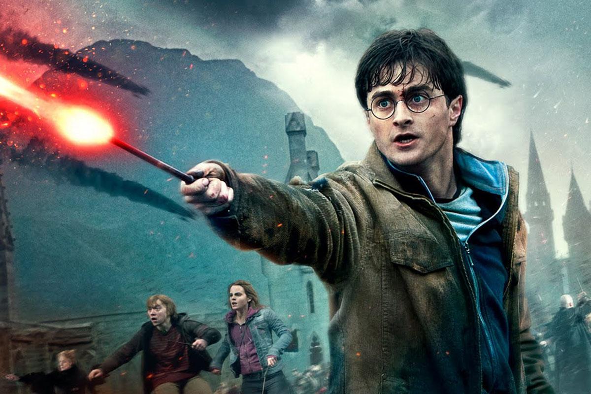 Harry Potter lanzando un hechizo en la última película