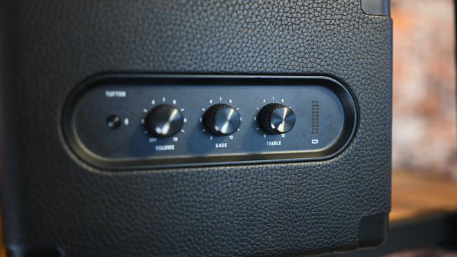 Три физических регулятора используются для регулировки громкости, высоких и низких частот.