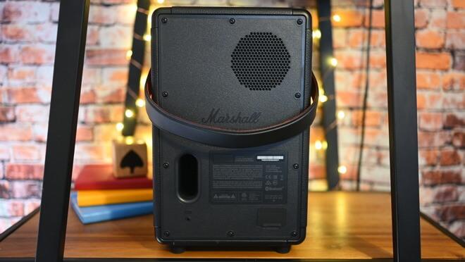 Звук среднего диапазона также выходит сзади, и он также портирован для лучшего звучания низких частот.