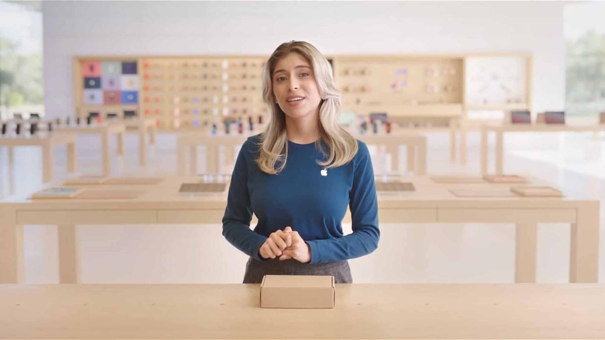 Специалист Apple в Центре посетителей Apple Park объясняет, как торговать на вашем iPhone.