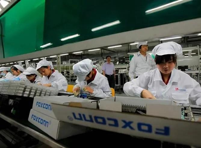 Trabajadores de Foxconn en una cadena de montaje