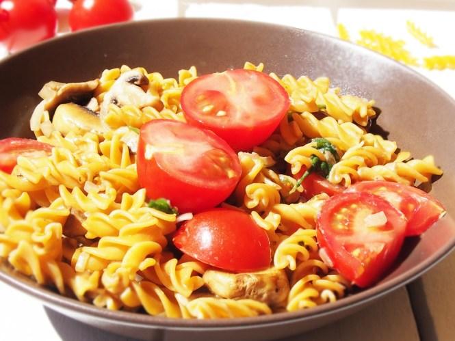 Pasta mit Spinat, Champignons und tomaten