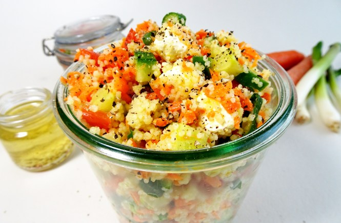 couscoussalat mit gurke karotte tomate und feta