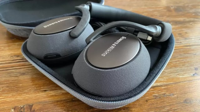 Bowers & Wilkins PX7 In Case