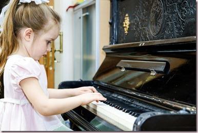 Petite fille ayant un bon positionnement au piano