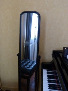 Le psyché à coté du piano