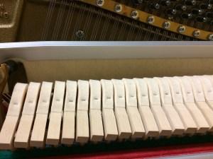 Sourdine en feutrine d'un piano droit