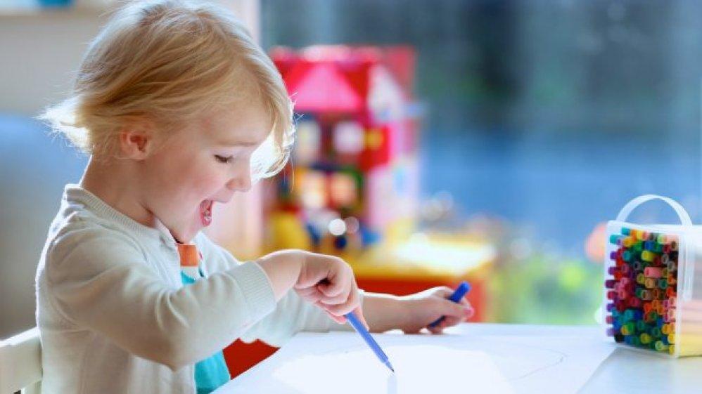 enfant dessine jolie image