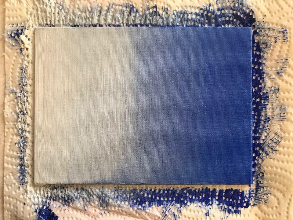 Réalisation d'un dégradé linéaire du Bleu au Blanc en appliquant du Blanc de Titane + retardateur sur le fond Bleu bien sec