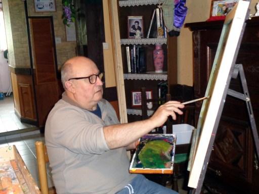Alain en train de peindre sur bois