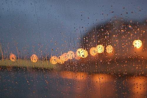 Pluie contre une vitre