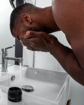 Homme nettoyage visage