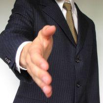 blog bonnes manières savoir-vivre, bise entre hommes, salutation entre homme france, bise ou poignée de main saluer frace hommes, usage bise embrassade hommes gentleman lady protocole courtoisie étiquette galanterie savoir-vivre manières style séduire homme femme château noblesse