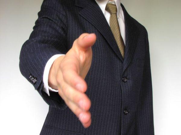 blog bonnes manières savoir-vivre, bise entre hommes, salutation entre homme france, bise ou poignée de main saluer frace hommes, usage bise embrassade hommes
