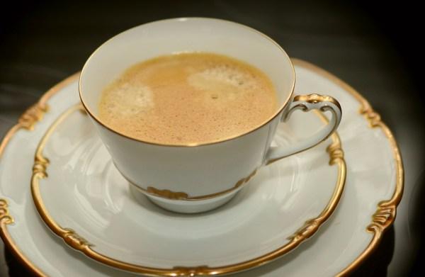 arts de la table porcelaien étiquette savoir vivre politesse mettre la table dresse la table service à thé luxe, tasse porcelaien limoges, peinet à la mian nadine de rothschild