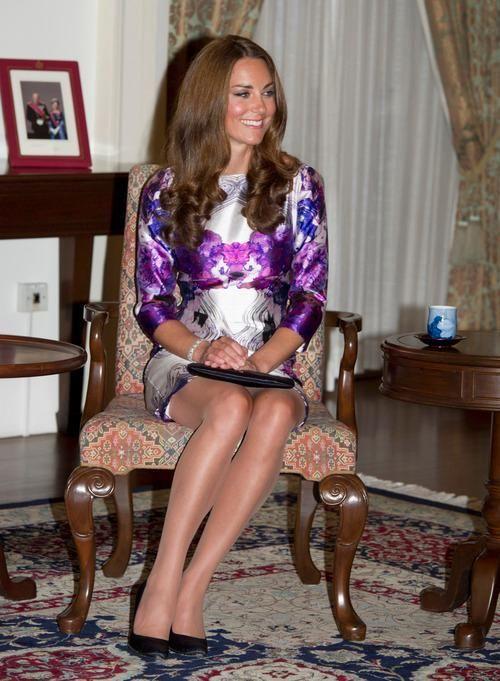assesoir jambes croiser ou non style kate middleton duchesse cambrige bonne smanières étiquette protocole lady femme assise genoux cheville jupe robe