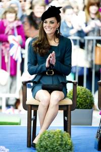 comment s'asseoir comme une lady sans croiser les jambes croiser jambes aux cheville kate middleton princesse lady posture maintien coach bonnes manières
