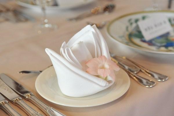 serviettes table recevoir invité style chic galanterie courtoise bienséance étiquette protocoel revecoir dîner déjeuner savoir-vivre