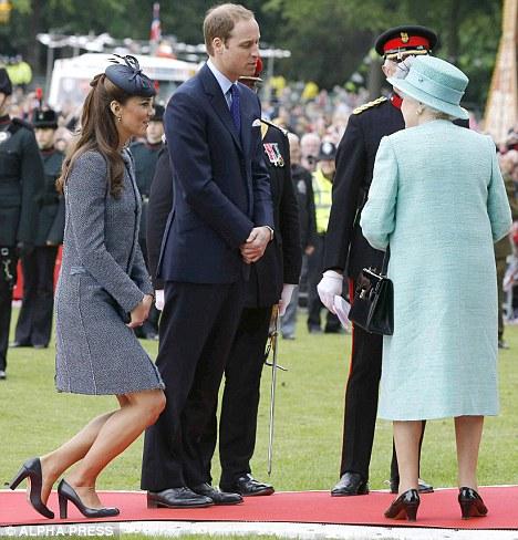 révérence kate middleton princesse style protocole usages traditions aristocratie élite style élégance genou pied gauche droit