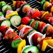 réussir son barbecue bbq barbecue style invitation nadine de rothschild gourmandise ombre soleil terrasse brochette fruits légumes apéritif