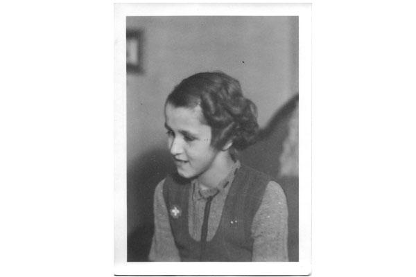 De haut en bas et de gauche à droite: Suzanne Rochat, sa sœur Andrée (derrière) sa grand-mère, Violette Rochat-Mégard, et son grand-père, Frédéric (devant). Photo prise en 1945