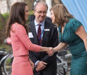 002 savoir recevoir comme Kate Middleton asseoir asseoir assise sit sitting duchesse de cambridge style princesse étiquette coach spécialiste bonnes manières aristocratie usages
