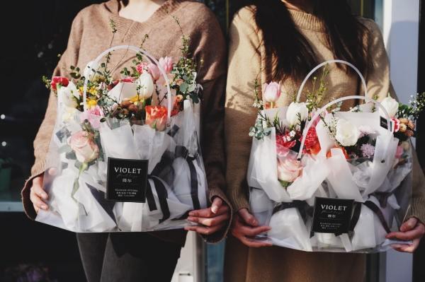 fleurs avec le papier plastique à offrir