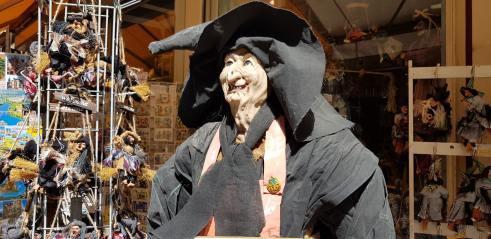 Vêtements de jeunes sur une femme d'un certain âge : effet sorcière ?