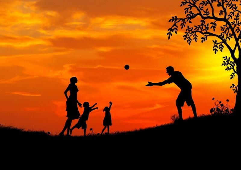 Famille sur fond de coucher de soleil -