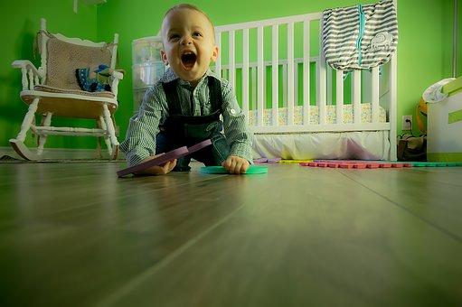 un bébé qui joue