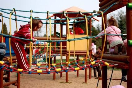 Jeunes enfants au parc