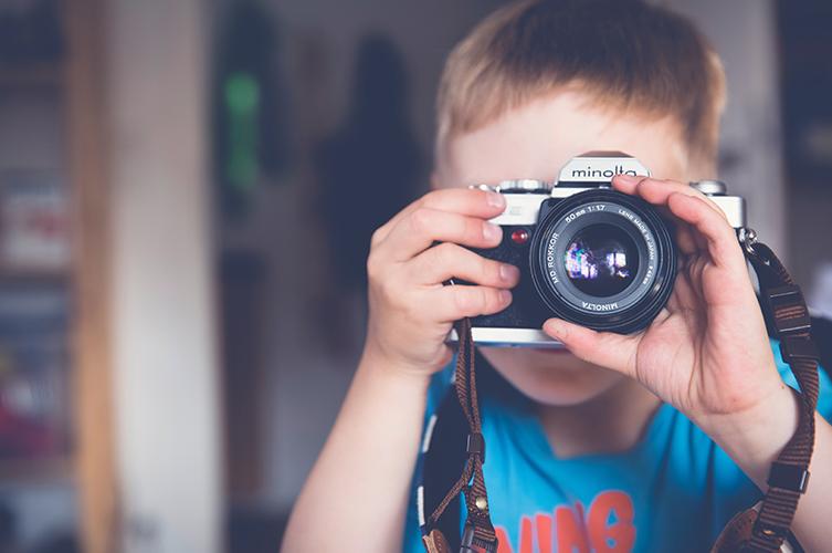 photo d'enfant tenant un appareil photo